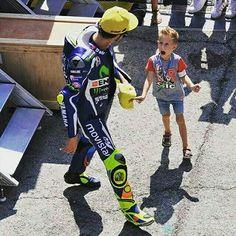 Valentino Rossi con un suo piccolo fan. Motogp Valentino Rossi, Valentino Rossi Helmet, Valentino Rossi 46, Gp Moto, Moto Bike, Nicky Hayden, Vr46, 1957 Chevrolet, Isle Of Man
