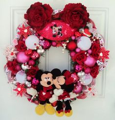 Valentine Disney Wreath Mickey and Minnie by SparkleForYourCastle (picture only). I like Minnie kissing Mickey. Valentine Day Wreaths, Valentines Day Decorations, Valentine Day Crafts, Holiday Wreaths, Happy Valentines Day, Christmas Decorations, Disney Decorations, Printable Valentine, Homemade Valentines