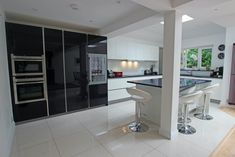 Gloss kitchen doors are extremely popular within modern kitchen design; here are 10 reasons why choosing a gloss kitchen is so beneficial. Kitchen Tall Units, High Gloss Kitchen, Kitchen Doors, Glass Kitchen, Kitchen Island, Handleless Kitchen, Two Tone Kitchen, German Kitchen, Kitchen Photos