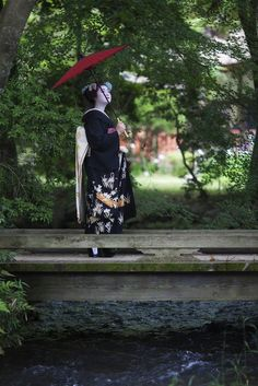 The maiko Katsue dreaming on a brigde. So nice photo! (Source)