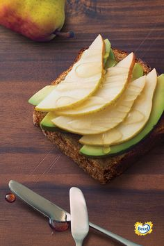 Perfect for breakfast or an afternoon snack, avocado toast is a delicious treat any time hunger hits. Easy Snacks, Healthy Snacks, Healthy Afternoon Snacks, Heart Healthy Recipes, Avocado Toast, Yummy Treats, Main Dishes, Vegetarian, Lunch
