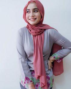 Pin Image by Hijaber Mantap Beautiful Hijab Girl, Beautiful Muslim Women, Beautiful Asian Girls, Muslim Women Fashion, Modern Hijab Fashion, Hijabi Girl, Girl Hijab, Hijab Teen, Hijab Bride