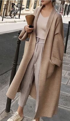 Wool Knitted Trendy and Elegant Long Oversized Cardigan for this Fall and Winter. Soft Texture with style # Knit Cardigan # cardigan Long Loose Oversized Cardigan Looks Chic, Looks Style, Classy Looks, Street Style Looks, Winter Fashion Outfits, Fall Winter Outfits, Classic Fashion Outfits, Winter Layering Outfits, Winter Dresses