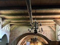 Die Bretterdecke, aufliegend auf unverkleideten Holzbalken, mit Kronleuchter aus Bronze (1632) Chandelier, Bronze, Ceiling Lights, Home Decor, Exposed Beams, Chandeliers, Candelabra, Decoration Home, Room Decor