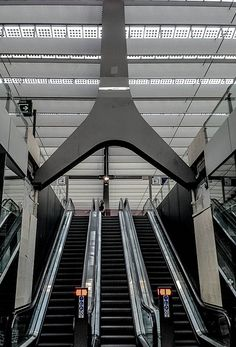 Escalators at Rotterdam Central Station World Cities, Best Cities, Rotterdam Architecture, Rotterdam Netherlands, Amazing Buildings, Central Station, Metro Station, Eindhoven, Built Environment