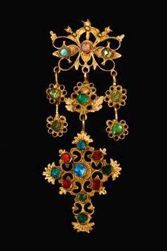 """Zoica (gioia) è un gioiello molto ricco con lavorazioni a filigrana e incastonature di pietre preziose. Tipico delle barbagee (oliena, nuoro, dorgali, orgosolo, bitti e mammoiada), questo gioiello fa parte del corredo della sposa ed è simile nell'uso a """"su lasu"""" del cagliaritano, ma a differenza di quest'ultimo"""
