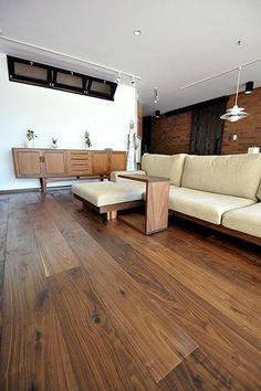 ブラックウォールナット 無垢フローリング 施工例(BW-200) Walnut Floors, Natural Interior, Living Room Kitchen, Sofa Set, Windows And Doors, Wood Grain, Dining Bench, Living Spaces, Flooring