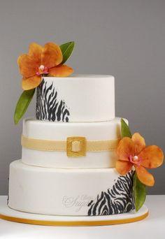 """Torte mit Animal Print - Hochzeitstorte bestellen - Der angesagte """"Animal Print"""" und auffällige Blüten machen diese schlichte, weiße Hochzeitstorte zu einem Hingucker. Den Geschmack, ob Zitronen-Weißweincreme, Champagnercreme..."""