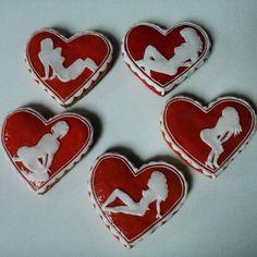 An inspiration for Valentine's Day: special gift for him - sweet honey cookies. Tip na dárek pro něj - sladké perníčky se ženskými siluetami. #GiftForHim