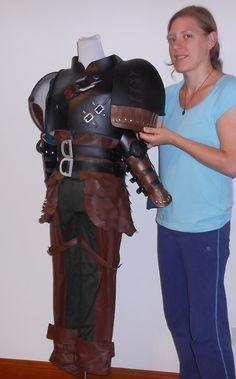 Schluckauf-Kostüm und Rüstungen aus How To Train Your Dragon 2 Teile enthalten sind, dass das Unterhemd, Kunstleder-Weste, Hose, Gürtel, Top Rüstung, Guantlets, Schulter Rüstung.  Die Stoff-Teile des Kostüms sind meist aus hochwertige Baumwolle und matt Kunstleder gefertigt. Die Rüstung-Teile des Kostüms sind aus EVA-Material gefertigt.