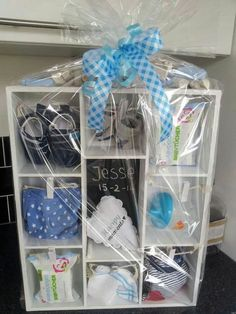 Geschenk zur Geburt mal etwas anders verpackt - All You Need To Know About Baby Shower Idee Cadeau Baby Shower, Regalo Baby Shower, Cute Baby Shower Gifts, Baby Shower Gift Basket, Baby Baskets, Baby Shower Parties, Baby Boy Shower, Gift Baskets, Birth Gift