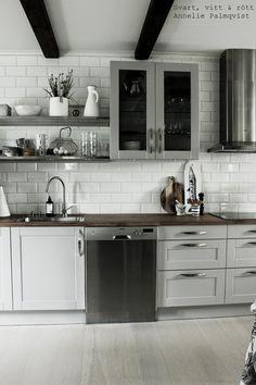 kök hth, köket 2014, skärbrädor house doctor, trärent, trärena detaljer, grått kök, vitrinsåp på väggen, köksinredning, köksskåp, kaffetermos eva solo, vit kruka, höganäs porslin, rostfria hyllor, känguru blomma, kangaroo foot, lilla bruket tvål, diskbänk, svartvitt porslin, detaljer på hylla i köket, vitt kakel ända upp till taket, rostfri fläkt, rostfri diskmaskin