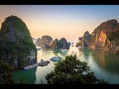 Disfrutando del impresionante paisaje de la Bahía de Halong en crucero, localizada en el Golfo de Tonkin, Vietnam.