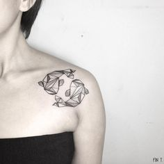 Sharks géométriques sur l'épaule par Tattoo Me Pink