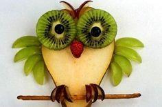Fruit Owl - kiwi & blueberries, raspberry nose, wings green grapes, feet & eye brows red grapes, and a pretzel stick L'art Du Fruit, Deco Fruit, Fruit Art, Fruit And Veg, Fruit Snacks, Fun Fruit, Fruit Ideas, Fruit Food, Food Art For Kids