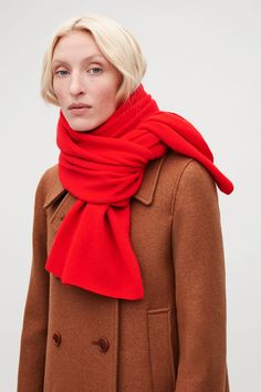 Timeless and versatile, this large rectangular scarf is made from pure cashmere with an extra-soft, fuzzy finish. Cashmere / Dry clean 175 x Cashmere Color, Cashmere Wrap, Cashmere Scarf, How To Wear A Blanket Scarf, Ways To Wear A Scarf, Burgundy Scarf, Paris Outfits, Red Scarves, Long Scarf