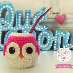 Mate de cerámica Buho Crochet Owls, Crochet Home, Crochet Stitches, Knit Crochet, Crochet Coffee Cozy, Saint Valentine, Needlework, Diy And Crafts, Elsa