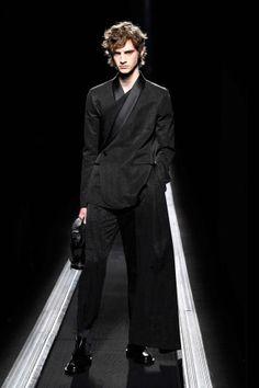 UPDATE: Kim Jones' Dior Collection Puts Artful Motifs and Proportions in Focus: KAWS, Hajime Sorayama and now Raymond Pettibon. Suit Fashion, Fashion Week, Mens Fashion, Boy Fashion, Runway Fashion, Winter Fashion, Christian Dior, Mode Costume, Men Dior