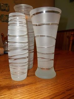 Rubber bands wrapped around vases, then spray with craft spray that etches the glass. Remove bands and voila! Brilliant!Bandes de caoutchouc enroulé autour de vases, puis pulvériser avec des engins de pulvérisation qui attaque le verre. Retirez les bandes et le tour est joué! Brillant!