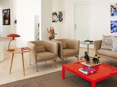 Salón en neutros con mesa de centro roja, decorado por el estudio de Gabriel Santos,