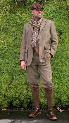 Global men& wear with traditional roots : vintage tweed. Golf Knickers, Hunting Clothes, Gentleman Style, Leather Men, Mens Fashion, Fashion 2020, Fashion Boots, Fashion Outfits, Tweed