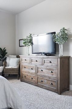 45 Inspiring Modern Farmhouse Bedroom Decor Ideas - Decorating your bedroom with white bedroom furniture has so many benefits that I don't see why anyone wouldn't, at the least consider, using this furn. Master Bedroom Makeover, Master Bedroom Design, Apartment Master Bedroom, Country Master Bedroom, Warm Bedroom, Bedroom Small, White Bedroom, Living Room Designs, Living Room Decor