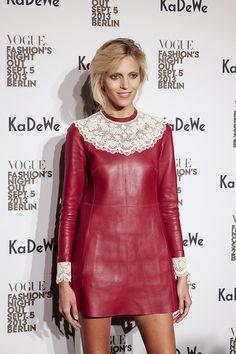 Das #Topmodel Anja Rubik im sexy Leder Dress von #Valentino