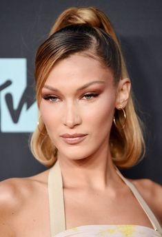 MTV Video Music Awards Red Carpet Bella Hadid The 2019 VMAs are here, and with it comes all your favorite celebrities serving their fiercest beauty looks yet. Click through to see them live! Celebrity Short Hair, Celebrity Hairstyles, Red Carpet Hairstyles, Model Hairstyles, 2000s Hairstyles, Glam Hairstyles, Side Ponytail Hairstyles, Wedding Hairstyles, Quinceanera Hairstyles