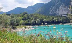 Lago di Tenno – azzurblaues Wasser inmitten der Trentiner Berge. Der kleine See eigent sich bestens für einen Tagesausflug vom nördlichen Gardasee und bietet viel Entspannung. Im Inneren lieg…