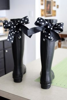 DIY Polka Dotted Bow Rain boots take the rain boots and cut 2 parallel holes on the back of the boots where the rubber crease is. interloop the bow so that it ties up at the top but the pattern still shows- really cute Beauty And Fashion, Diy Fashion, Fashion Vintage, Cheap Fashion, Fashion Models, Style Fashion, Fashion Shoes, Wellies Rain Boots, Polka Dots