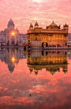 Goldener Tempel Heiligtum der Sikhs in Amritsar  im indischen  Bundesstaat  Punjab