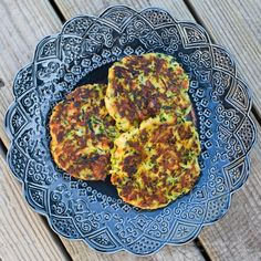 Ett gott alternativ till fisk och skaldjur tycker jag är Ost- och Squashplättar! Gott att ha kallrökt lax och gräddfil till, mums! Squashen rivs på det grövsta rivjärnet. Saltas och sedan pressas vätskan ur. Blanda ihop den urkramade squashen med ost, kokosmjöl, chiliflakes, salt och peppar. Stek sedan i smör eller olja. Klart! Muuuuuums! Älskar […]