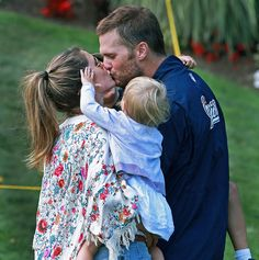 Tom Brady's daughter cheers for her dad in an adorable picture #sports #family