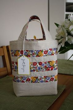 linen tote like the color Patchwork Bags, Quilted Bag, Bag Sewing, Diy Pochette, Diy Bags Purses, Coin Purses, Diy Tote Bag, Craft Bags, Linen Bag