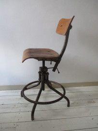 Oude industriele bureaustoel