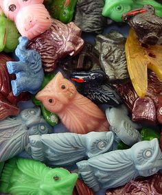 VIntage and colourful plastic goofy buttons in different animal shapes.