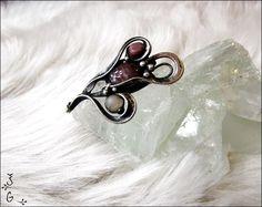 Brož+-+amuleto+rosa+Brož-+amuleto+rosa+je+vyrobena+pomocí+cínu+s+příměsí+stříbra,+(cín+neobsahuje+olovo),+brožového+můstku,+drátku,+šperkového+skla,+rodonitu+a+růženínu.+Šperk+je+patinován+a+následně+očištěn+specielním+antioxidačním+olejem.+Velikost+-+4,5x3cm+Brožje+zabalená+do+dárkové+krabičky.