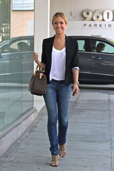 Kristin Cavallari's basic blazer outfit: jeans, white tee and black blazer. Easy and simple! Kristin Cavallari's basic blazer outfit: jeans, white tee and black blazer. Easy and simple! Blazer Outfits Casual, Blazer Outfits For Women, Outfit Jeans, Fall Outfits, Cute Outfits, Blazer Jeans, Jeans Heels, Casual Jeans, Stylish Mom Outfits