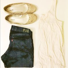 J. Crew Cream Bubble Tank Top This top is perfect for the summer time! It looks great with dark blue jeans. 100% Cotton.  ✅Reasonable offers welcome! ✅BUNDLE DISCOUNTS! No trades/paypal/other apps. No lowball offers. J. Crew Tops Tank Tops