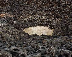 Edward Burtynsky: Oxford Tire Pile #4. Westley, California, USA. 1999 © Edward Burtynsky. Courtesy Nicholas Metivier, Toronto. Stefan Röpke, Köln