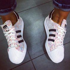 pies de mujer con tenis adidas superstar rosa Más