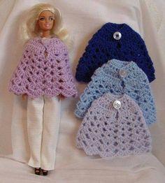 barbie poncho to knit Crochet Barbie Patterns, Crochet Doll Dress, Barbie Clothes Patterns, Crochet Barbie Clothes, Doll Clothes Barbie, Crochet Doll Pattern, Doll Patterns, Barbie Dolls, Accessoires Barbie