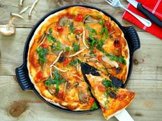 Thin and crispy mushrooms and rocket pizza
