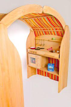 Spielständer von Holzspielzeug-Peitz.de super und individuell zu erweitern. Hier kannst du eine Küche, eine Waschmaschine, eine Mikrowelle und einen Herd einbauen, oder ihn einfach als Bücherregal verwenden. Mit den tollen farbigen Tüchern ist auch Ruckzuck eine Höhle für die Kinder gebaut.