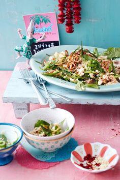 Hähnchensalat mit Reis, Frühlingszwiebeln, Minze und Thai-Basilikum.