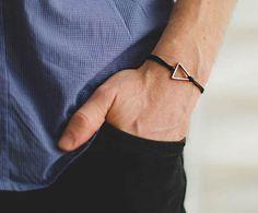 Confira uma série de pulseiras masculinas com designs diferenciados, para fugir das tradicionais versões navy ou de couro trançado que você já deve estar cansado.