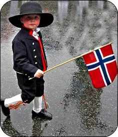 Ever wondered what Norwegian National Costumes are all about? Find pictures and information here. Oslo, Lofoten, Norwegian Style, Norwegian Flag, Norwegian People, Cultures Du Monde, Norway Viking, Scandinavian Countries, Midnight Sun