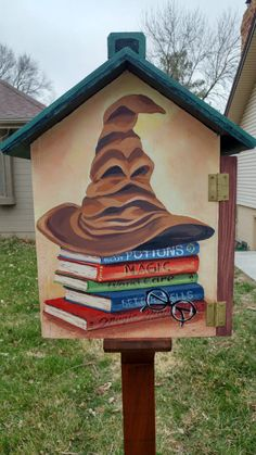 10 Amazing Harry Potter-Themed Little Free Libraries Attention all Harry Potter fans: In celebration of World Read Aloud Day and Harry Potter Book Night on February we're sharing some of the most awesome Little Free Libraries featuring a Harry Potter th Little Free Library Plans, Little Free Libraries, Little Library, Harry Potter Library, Harry Potter Theme, Harry Potter Canvas, Home Library Design, Library Ideas, Library Art