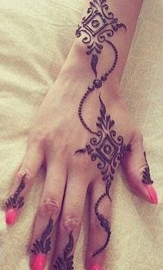 Simple modern mehndi design, great for guests at your Indian wedding Henna Tatoos, Henna Tattoo Designs, Hand Tattoos, Simple Henna Tattoo, Easy Henna, Henna Tattoo Hand, Mehandi Designs, Cat Tattoo, Mandala Tattoo