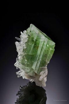 Augelite on Quartz - Mundo Nuevo Mine, Ancash Department, Peru Size: 4.9 x 3.7 x 2.0 cm